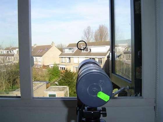 Когда все собрано, можно сверить результаты . Демонстрация №1 Фотографии метеостанции на крыше соседнего дома. Первая фотография сделана обычным фотоаппаратом. Круг показывает в какую зону направлен телескоп.